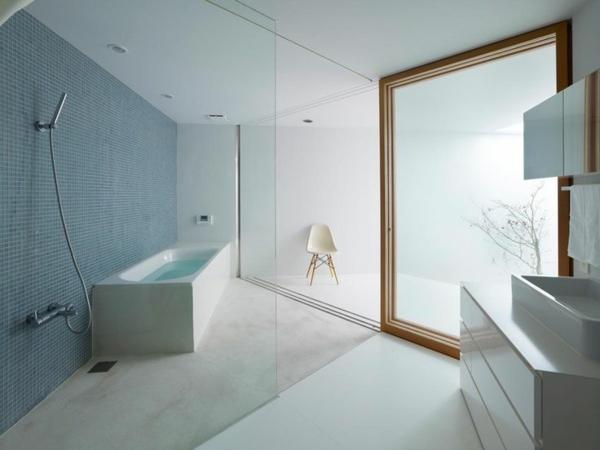 fantastisches-Badezimmer-mit-moderner-Gestaltung-mit-blauen-Fliesen