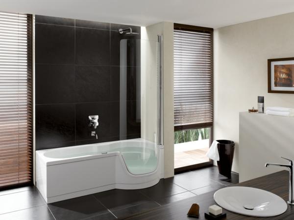 fantastisches-Badezimmer-mit-moderner-Gestaltung-mit-weißer-Badewanne