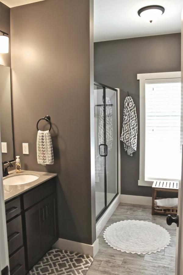 fantastisches--Badezimmer-mit-moderner-Gestaltung-in-Braun