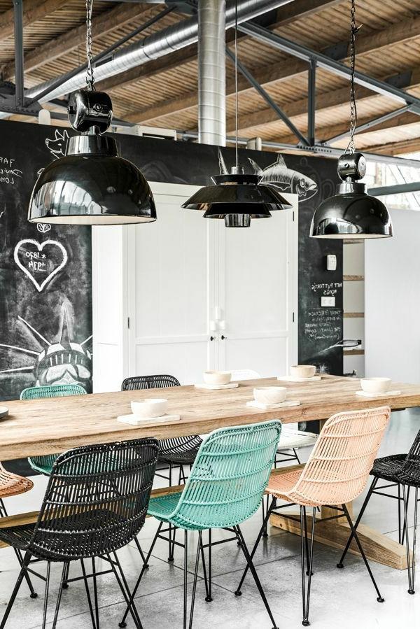 bunte-Esszimmerstühle-mit-modernem-Design-aus-Metall
