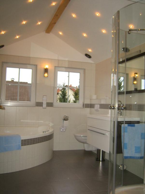 badezimmer beleuchtung decke innenr ume und m bel ideen. Black Bedroom Furniture Sets. Home Design Ideas