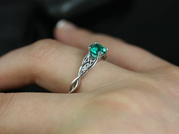 faszinierender-Verlobungsring-grüne-Farbe