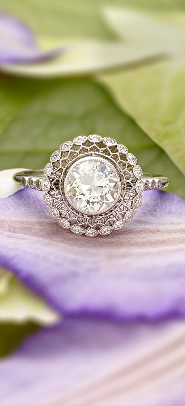 faszinierender-Verlobungsring-lila-Blume