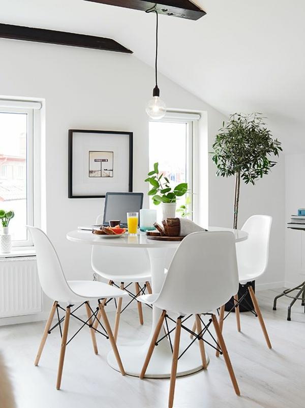 faszinierendes-Interior-Esszimmer-mit-originellen-weißen-Stühlen