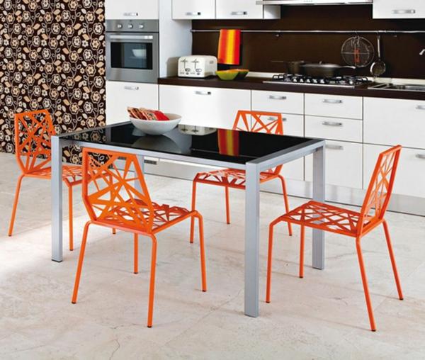 frisches-Esszimmer-mit-coolen-orange-Stühle-und-schwarzer-Tisch