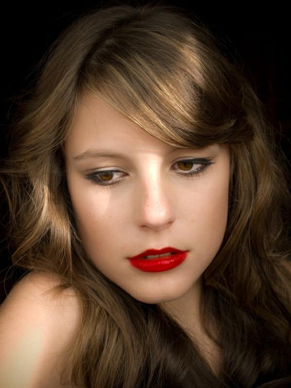 frisuren-für-braune-haare-rote-lippen