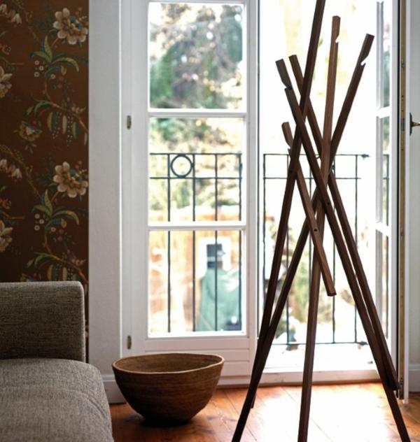funktioneller-und-effektvoller-Kleiderständer-aus-Holz