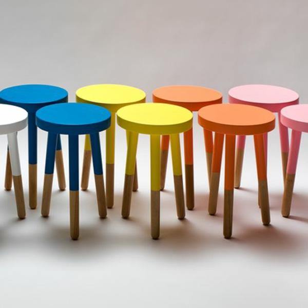 ganz-viele-farbige-schöne-hölzerne-Hocker-drei-Beine