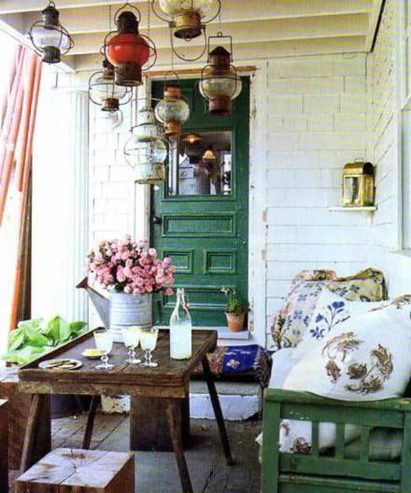 gartenbank-mit-tisch-mit-blumen-dekoriert - sehr cooles und schönes bild