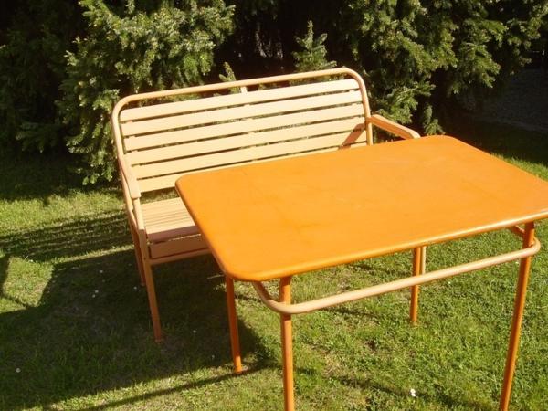 gartenbank-mit-tisch-orange-farbe - sehr cooles und schönes bild