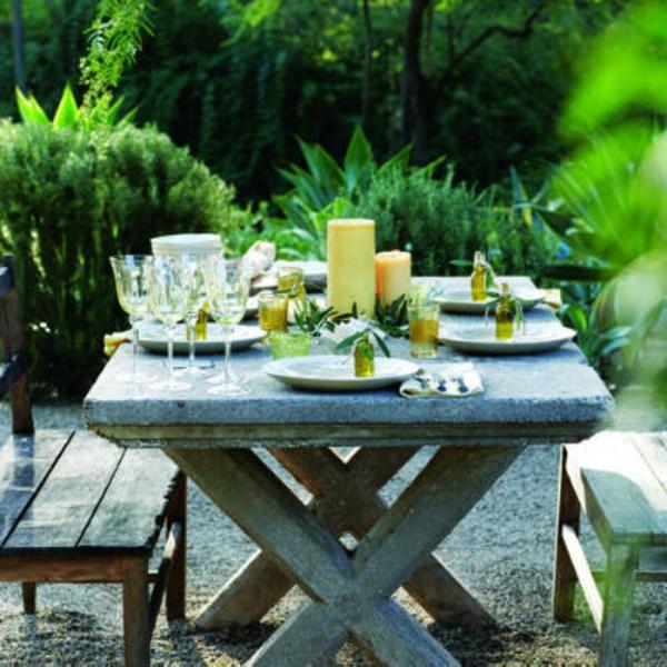 gartenbank-mit-tisch-schöner-grüner-hintergrund- interessant und kreativ gestaltet - sehr schön