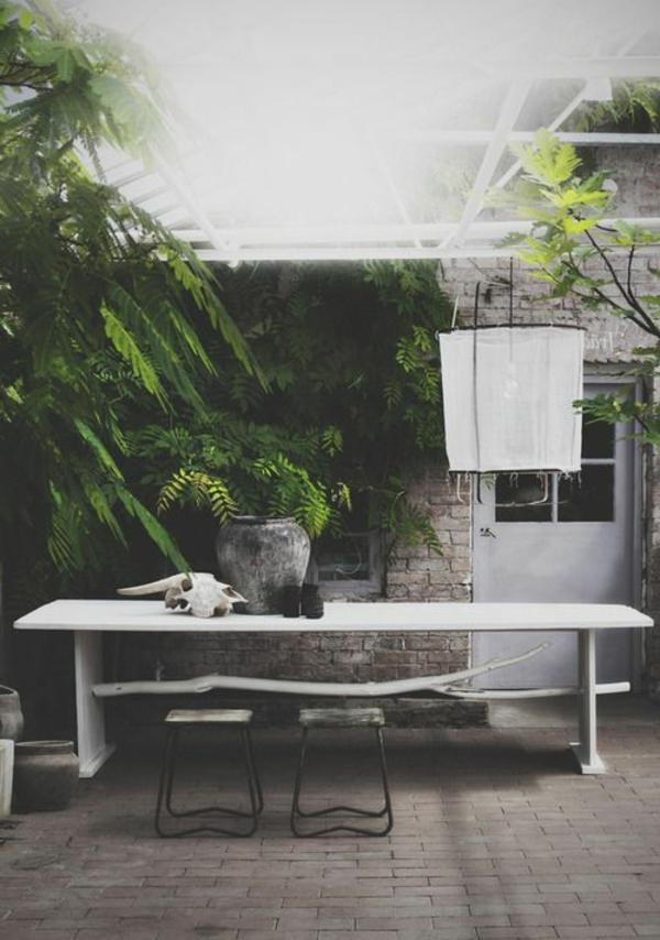 gartenbank-mit-tisch-weiße-ausstattung- interessant und kreativ gestaltet - sehr schön