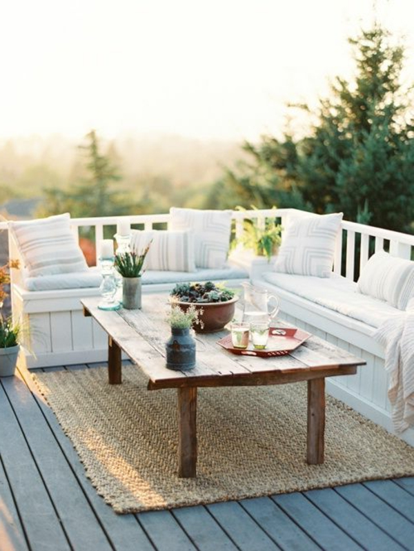 gartenbank-mit-tisch-weiße-dekokissen-super cool und schön aussehen