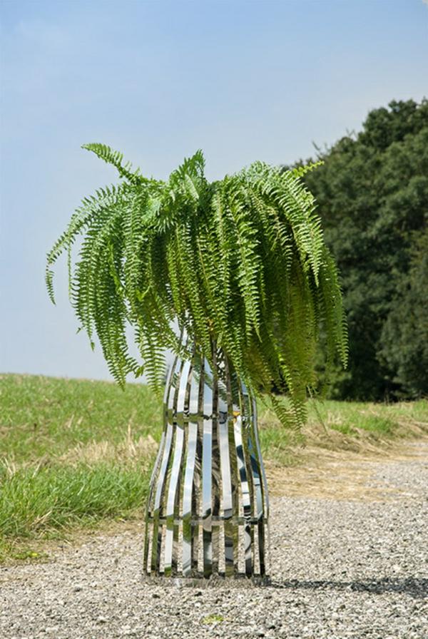 gartendeko-aus-edelstahl-grüne-pflanzen