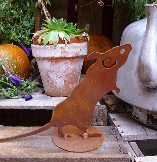 gartendeko-aus-metall-eine-künstliche-maus-mit-sehr-süßem-aussehen - neben einem blumentopf