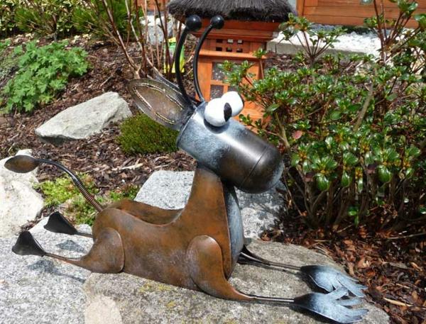 gartendeko-aus-metall-super-schönes-aussehen - ein künstlicher hund auf einem stein