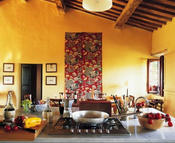 gelbe-küchen-wandfarbe-und-akzent-an-der-wand