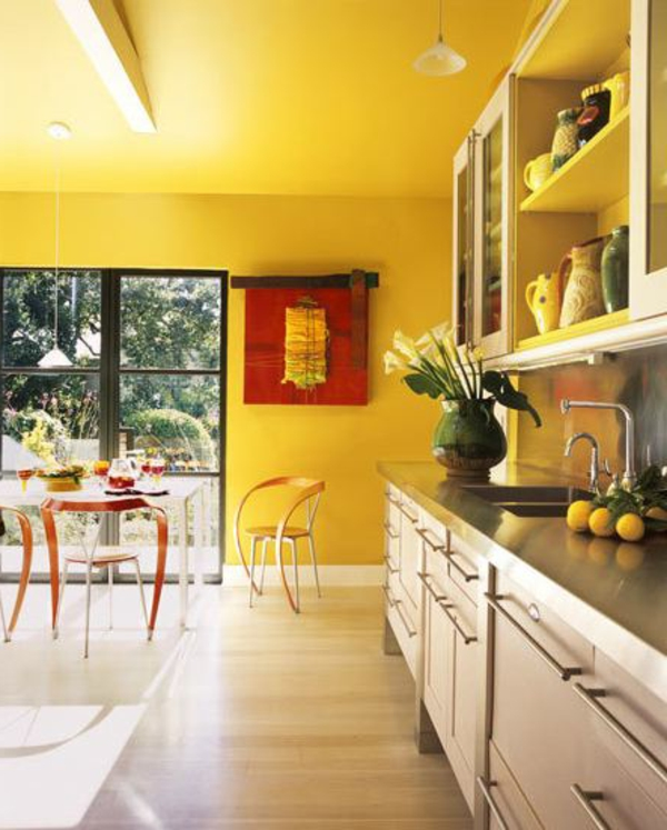 gelbe-küchen-wandfarbe-und-gläserne-wände