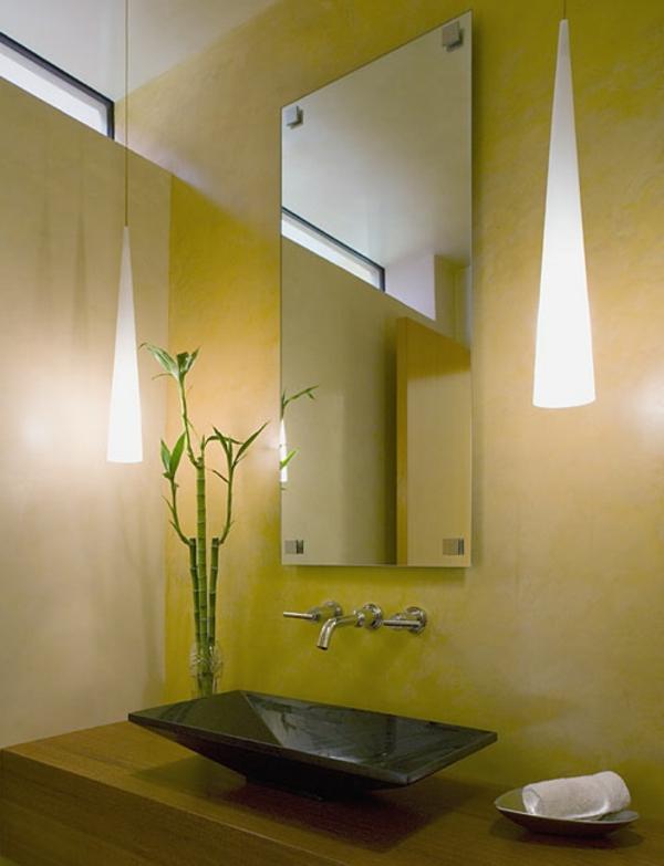 gelbes-badezimmer-mit-einem-designer-badspiegel