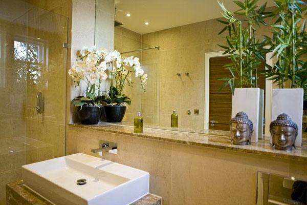 gemütliches-badezimmer-mit-einem-großen-spiegel