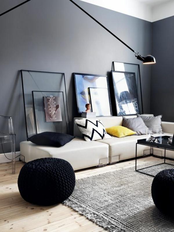 schöne wohnzimmer wände:schwarze hocker und extravagante bilder im wohnzimmer