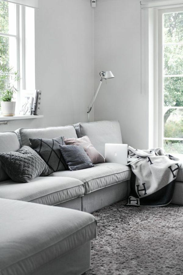 gestaltungsmöglichkeiten-für-wohnzimmer-graue-dekokissen