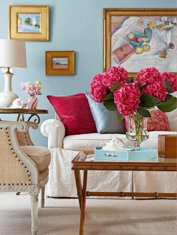 gestaltungsmöglichkeiten-für-wohnzimmer-zyklamenfarbige-blumen