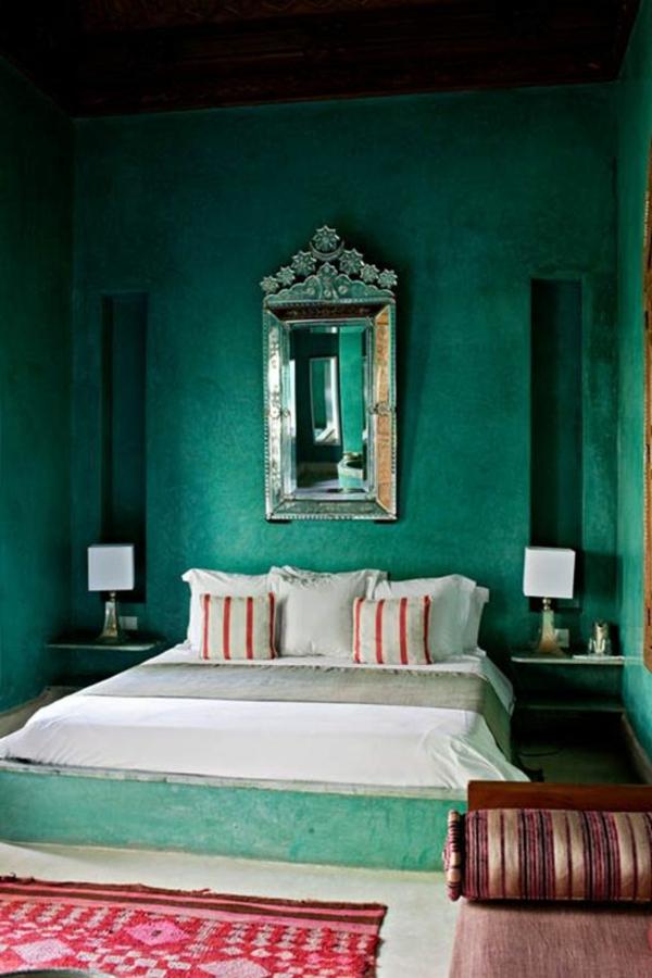 grüne-wandgestaltung-für-schlafzimmer-cooler-spiegel-an-der-wand