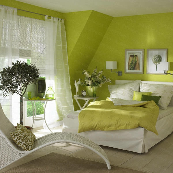 grüne wände im schlafzimmer mit durchsichtigen gardinen