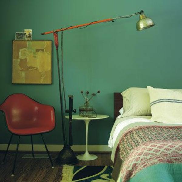 grüne-wandgestaltung-für-schlafzimmer-interessante-lampe