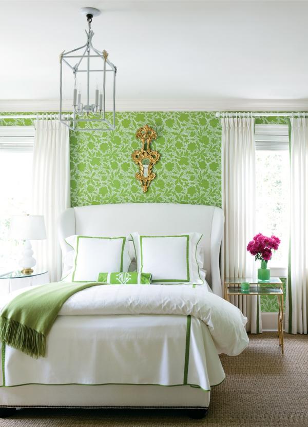 grüne-wandgestaltung-für-schlafzimmer-mit-einem-weißen-bett