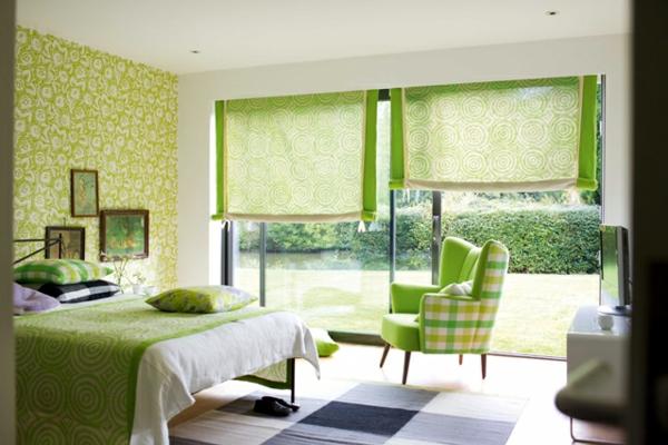 grüne-wandgestaltung-für-schlafzimmer-mit-jalousien