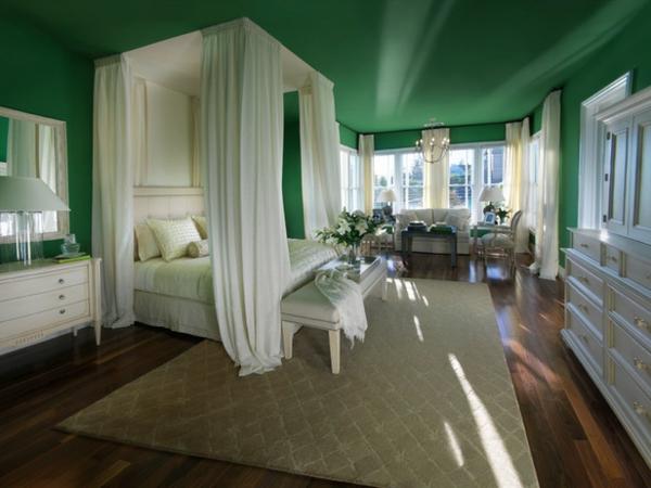 grüne-wandgestaltung-für-schlafzimmer-mit-weißen-gardinen