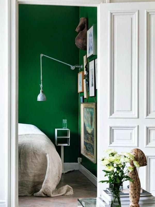 grüne-wandgestaltung-für-schlafzimmer-weiße-türe
