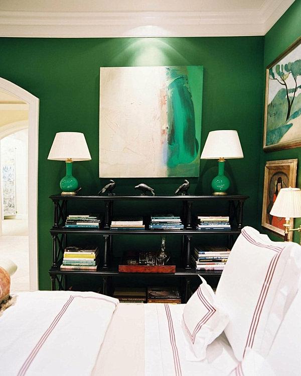 grüne-wandgestaltung-für-schlafzimmer-zwei-weiße-lampen