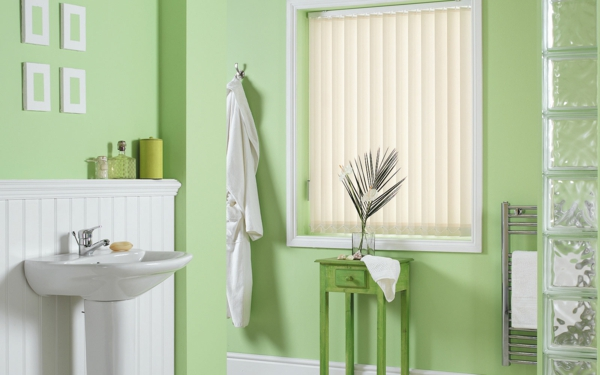 grünes-badezimmer-mit-schönen-rollos-für-badfentser
