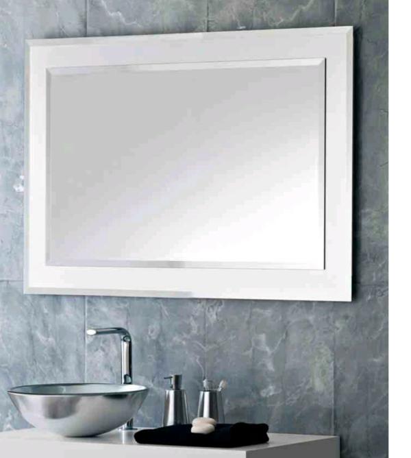 graue-wand-und-großer-spiegel-im-badezimmer