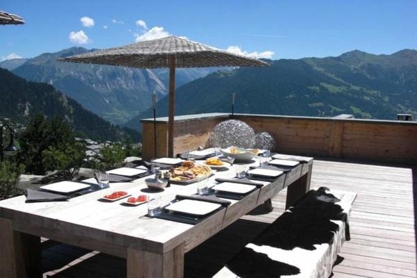 große-Terrasse-mit-Möbeln-einrichten