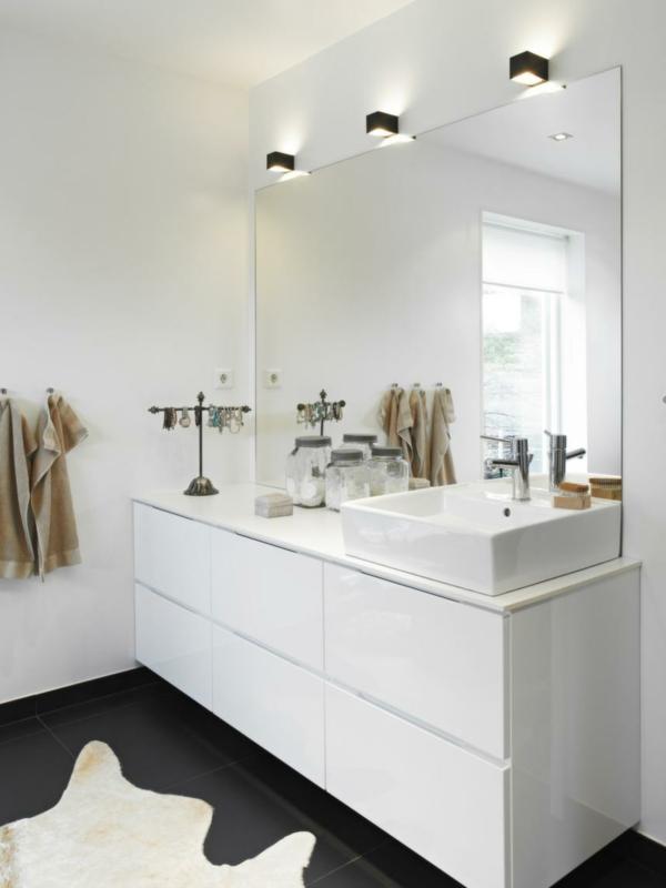großer-spiegel-im-weißn-badezimmer