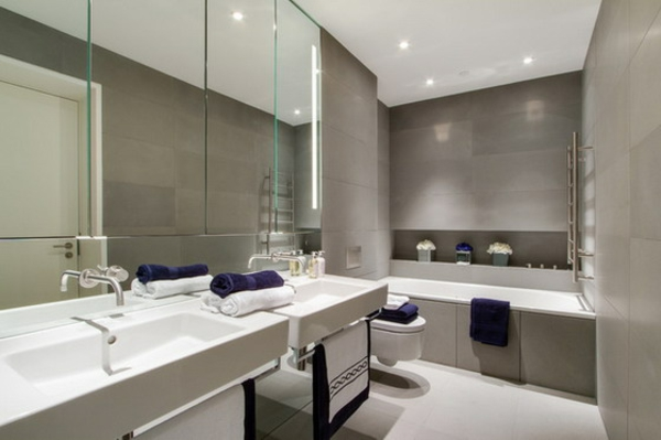 großes-badezimmer-mit-einem-designer-badspiegel