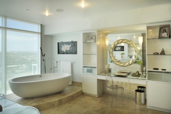 großes-cooles-badezimmer-mit-einem-schönen-spiegel