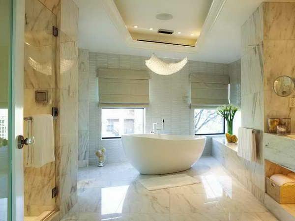 großes-luxuriöses-badezimmer-mit-rollos-für-badfentser