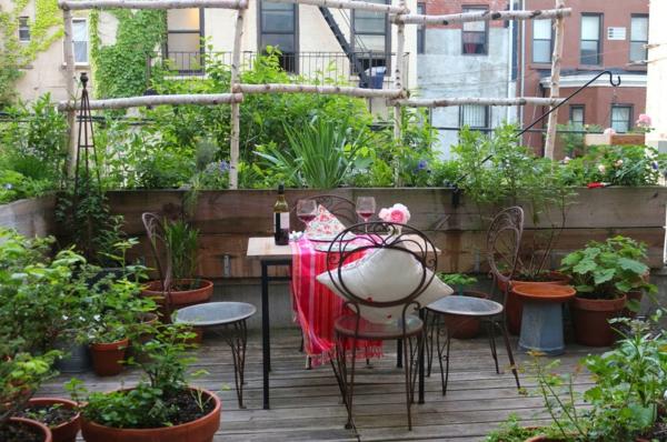 eine-Terrasse-mit-Holzboden