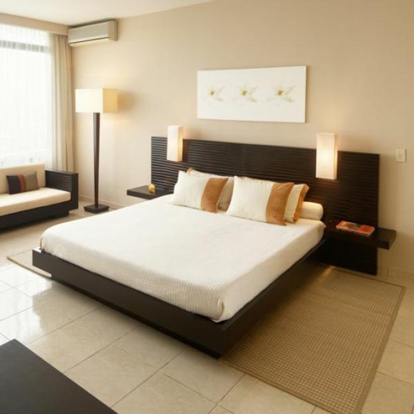 -helle-Wände-im-Schlafzimmer-für-eine-gemütliche-Atmosphäre