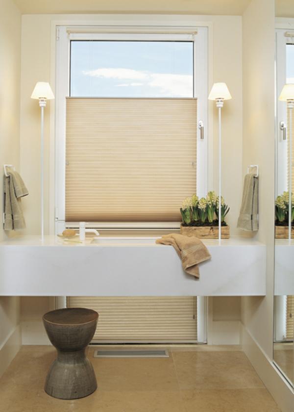 helles-badezimmer-mit-ultramodernen-rollos-für-badfentser