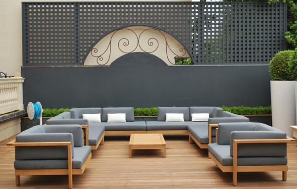 Terrasse mit Sofa in Grau