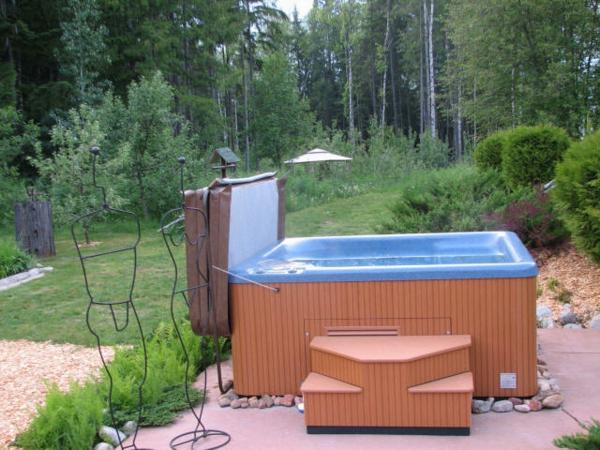 Whirlpool mit Garderobenständer im Garten