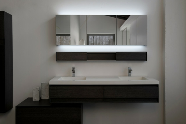 inspirierendes-badezimmer-mit-einem-designer-badspiegel