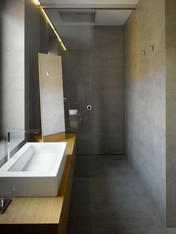 interessant-ausgestattetes-badezimmer-mit-einem-designer-badspiegel
