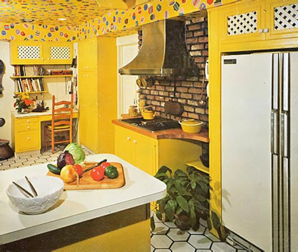 interessante-gelbe-küchen-wandfarbe-sehr-kleine-schöne-küche
